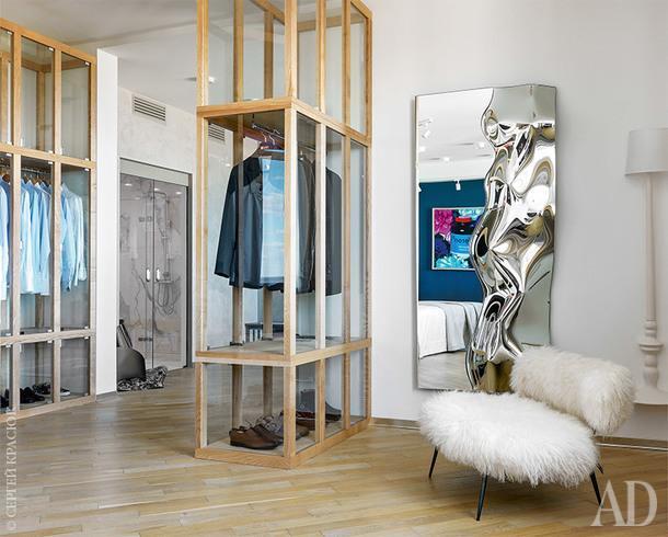 Хозяйская спальня. Витрины сделаны на заказ поэскизам дизайнеров; кресло, Baxter; настенный светильник, Karman; зеркало, Fiam.