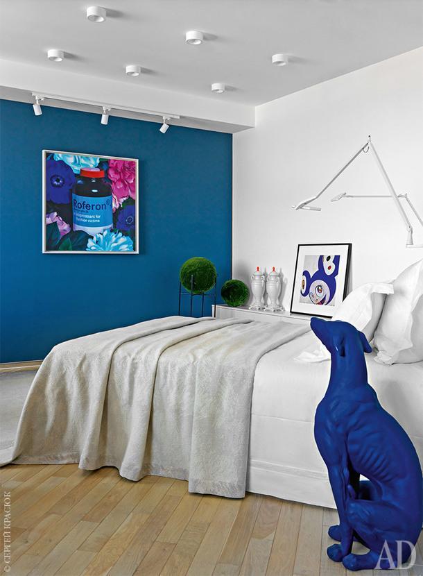 Хозяйская спальня. На комоде картина Такаси Мураками; на стене картина Петра Аксенова. Ковер, The Rug Company.<br /> На обеих страницах ботанически точные копии растений, Treez Collection.