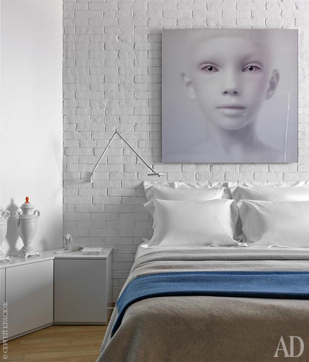 Хозяйская спальня. Комод сделан на заказ по эскизу дизайнеров; текстиль, Frette; картинаОлега Доу.