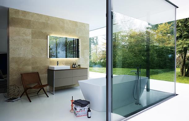 Отдельно стоящая ванна от Duravit может находиться и у стены, если, как в этом случае, стена прозрачная.