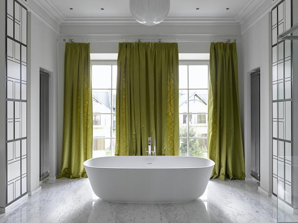 Ванная в загородном доме, оформленном декораторов Еленой Соловьевой.