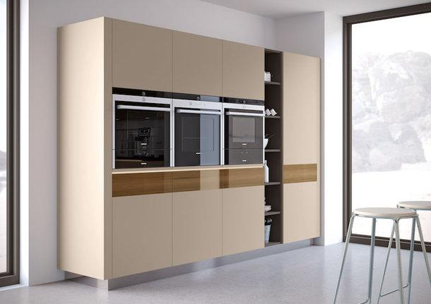 Пример оформления кухни с использованием фасадов из коллекции Brilliant MATT и Crystal Décor.