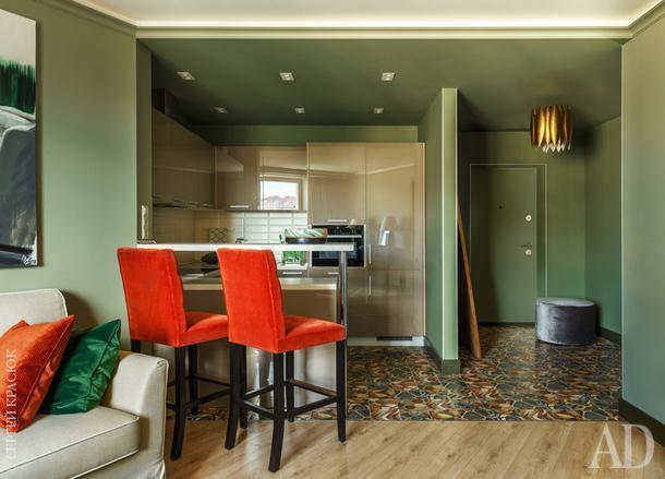 """Кухонный гарнитур из салона """"Стильные кухни"""". Барные стулья любимого хозяйкой оранжевого цвета, Dantone Home."""