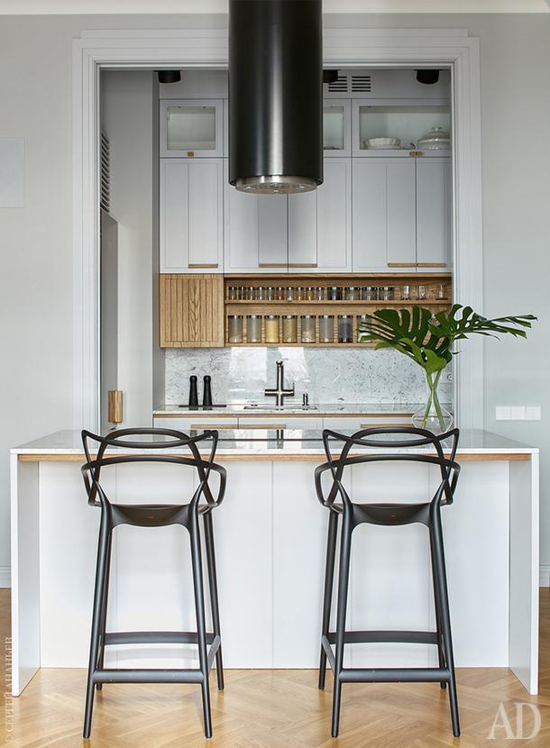 Кухня состоит из двух блоков — шкафчика в нише и острова в зоне столовой. Барные стулья по дизайну Филиппа Старка, Kartell.