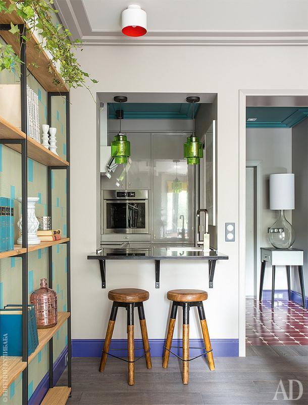 Кухню и гостиную соединяет окошко. Столик под ним используется как место для завтраков.