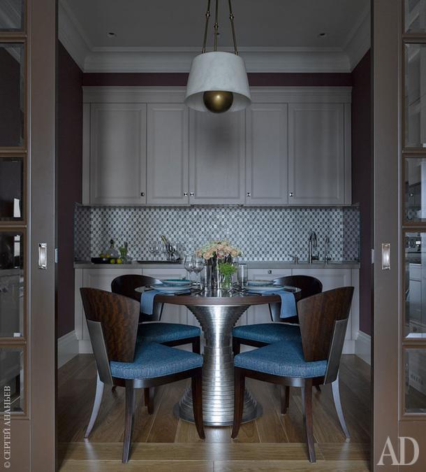 Кухня, Castagna Cucine. Стол, стулья, Сentury Furniture. Люстра, Robert Abbey. Плитка на фартуке, Walker Zanger.