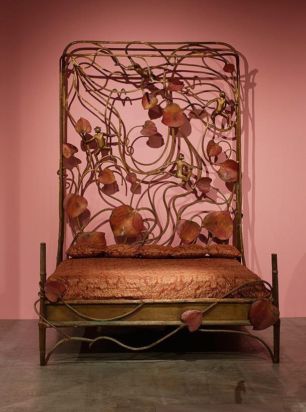 """Кровать «Singerie» (1999)/ дизайн Клод Лалан (Claude Lalanne)/ Бронза и медь /Единственный экземпляр/ Размеры 220х202 см, высота изголовья 182 см / Провенанс: приобретен у заказчика и первой владелицы Мадам """"G""""/ Galerie Mitterrand /Цена 1 500 000 Евро"""