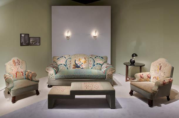 Кресла и диван (1927), дизайнер Жан Люрка (1892–1966), обтянуты льняными чехлами с вышивкой. Провенанс: приобретен у семьи заказчика и первого владельца господина Жоржа Саля (Georges Salles), хранителя музеев Лувра, затем ставшего директором Musées de Framce, галерея Jacques Lacoste, Paris.