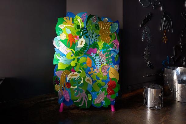 Шкаф Tropical Cabinet (2018), дизайн венесуэльца Криса Уолстона, коллаж из анодированного алюминия, ротанг, сталь с порошковым покрытием, единственный экземпляр, галерея The Future Perfect.