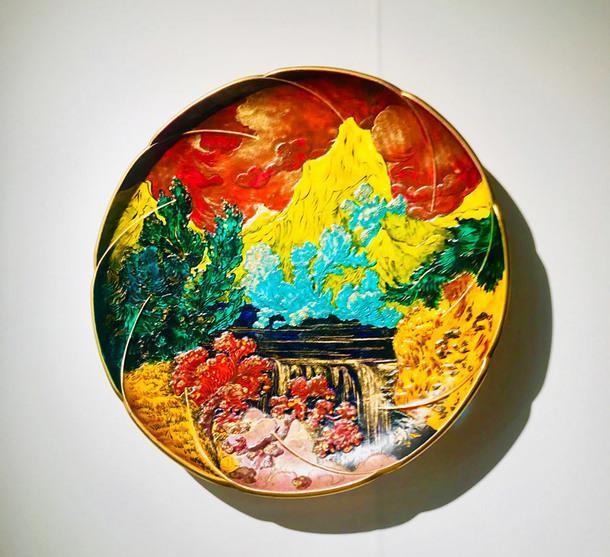 Блюдо (около 1874-1876), дизайнер Фелик Бракьемонд, произведено Charles Haviland & Co. в мастерских Auteuil, диаметр — 50 см. В таком цветовом решении существует в единственном экземпляре. Цена — €32 000.