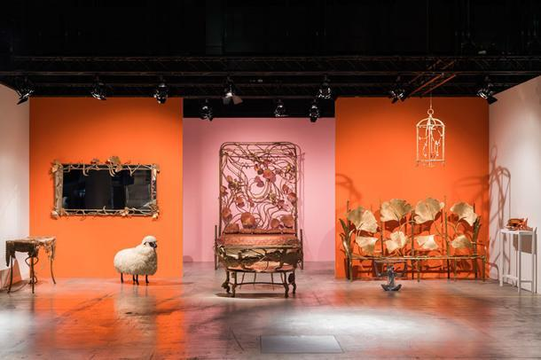 Кровать Singerie (1999), дизайнер Клод Лалан, бронза и медь, единственный экземпляр, 220 х 202 см, высота изголовья — 182 см. Провенанс: приобретен у заказчика и первой владелицы мадам G, Galerie Mitterrand, цена — €1 500 000.