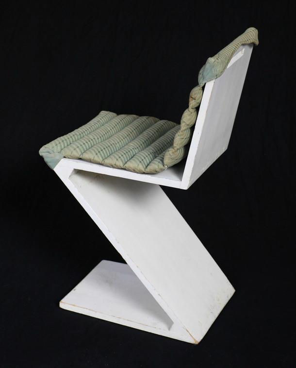 Стул Zig Zag (1935), дизайнер Геррит Ритвельд, 75 x 37 x 44,5 см, высота сиденья — 42,5 см. К моменту открытия выставки стул уже был продан, Gallery Vivid.