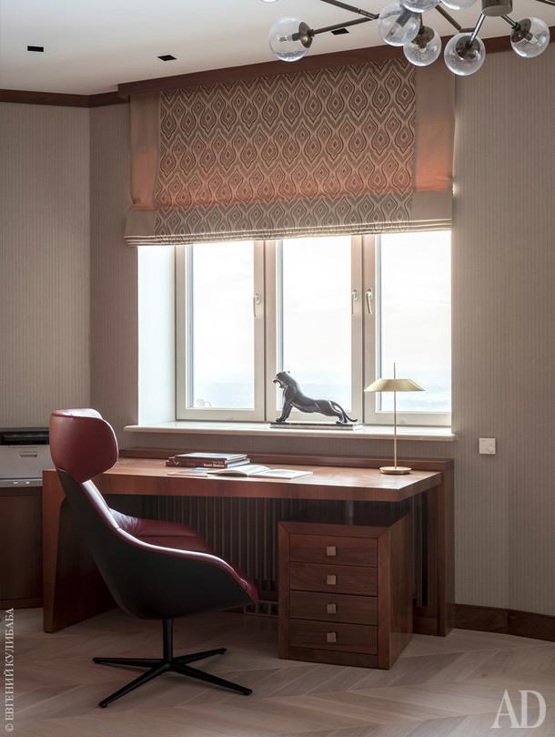 Кабинет. Письменный стол изготовлен в Италии по эскизам дизайнеров бюро Porte Rouge.
