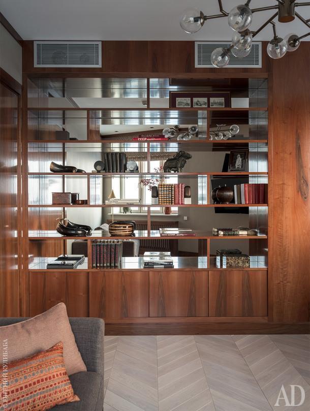 Фрагмент кабинета. Светильник, Аrteriors; диван, Meridiani; мебель выполнена на заказ в Италии.