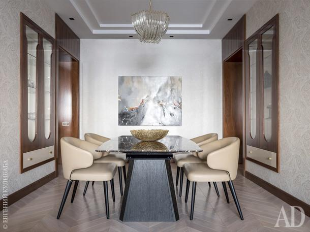 Столовая. Стулья, Minotti; стол, Dreanert; картина из галереи Carredesartists, шкафы-витрины изготовлены в Италии по эскизам дизайнеров бюро Porte Rouge.