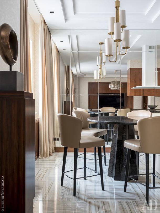 Фрагмент столовой. Текстиль, Holland& Sherry; стулья, Minotti; барная стойка из бразильского гранита изготовлена на заказ; свет, Visual Comfort.