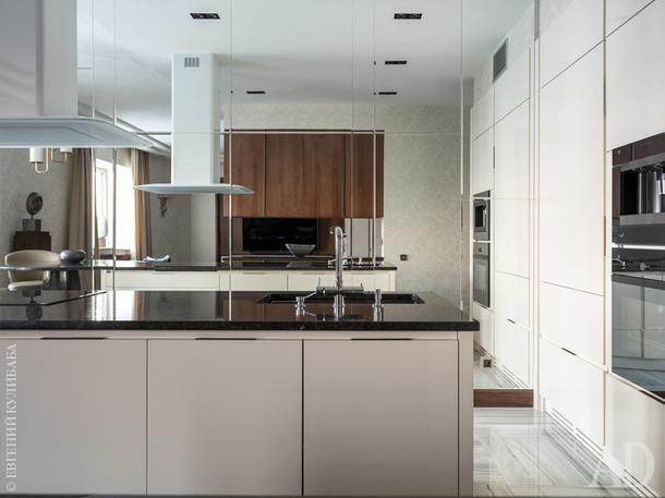 Кухня. Встроенные светильники, Delta Light; ТВ-панель и мебель изготовленыв Италиипо эскизамдизайнеров бюро Porte Rouge из американского ореха.