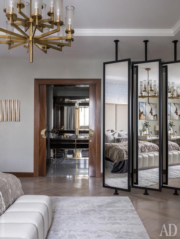 Вид из спальни на мастер-ванную. Зеркальные вращающиеся перегородки и двойная дверь в ванную изготовлены в Италии по эскизам дизайнеров бюро Porte Rouge, мебель, Oasis; дверные ручки отлиты из бронзы во Франции.