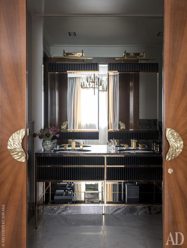 Мастер-ванная. В зеркалах отражается спальня. Текстиль, Holland&Sherry.