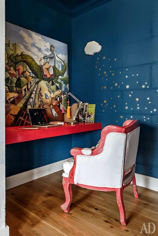 Эта комната использовалась как детская, но, переехав из квартиры, хозяева превратили еевкабинет.