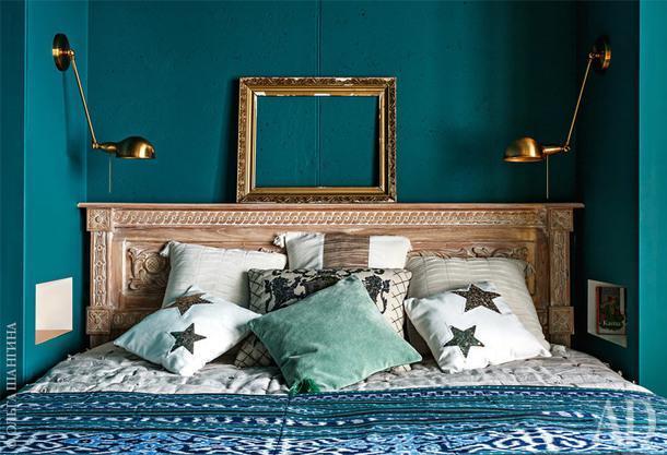 Спальня. Кровать с Бали, вместо прикроватных столиков — ниши.