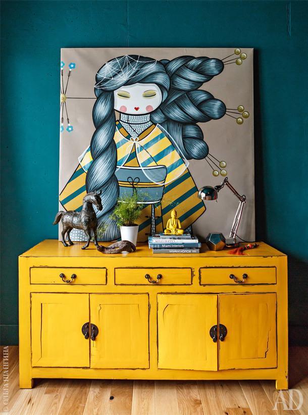 Фрагмент спальни. Комод и картина, которой стены обязаны своим цветом, куплены на Бали.