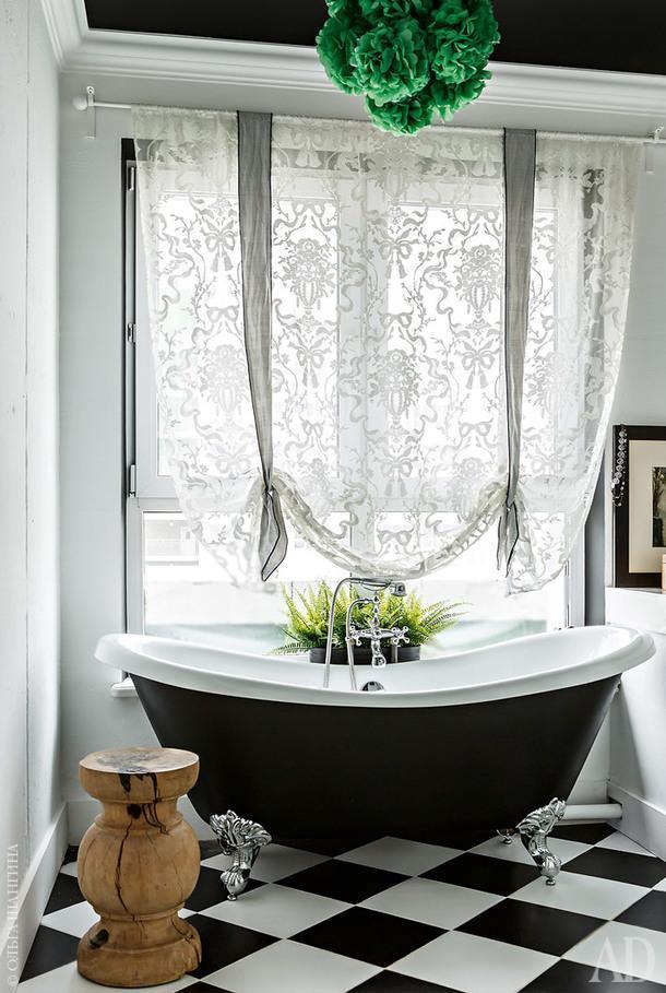 Ванную устроили наместе кухни, поэтому вней есть окно. Люстра сделана из бумажных шариков.