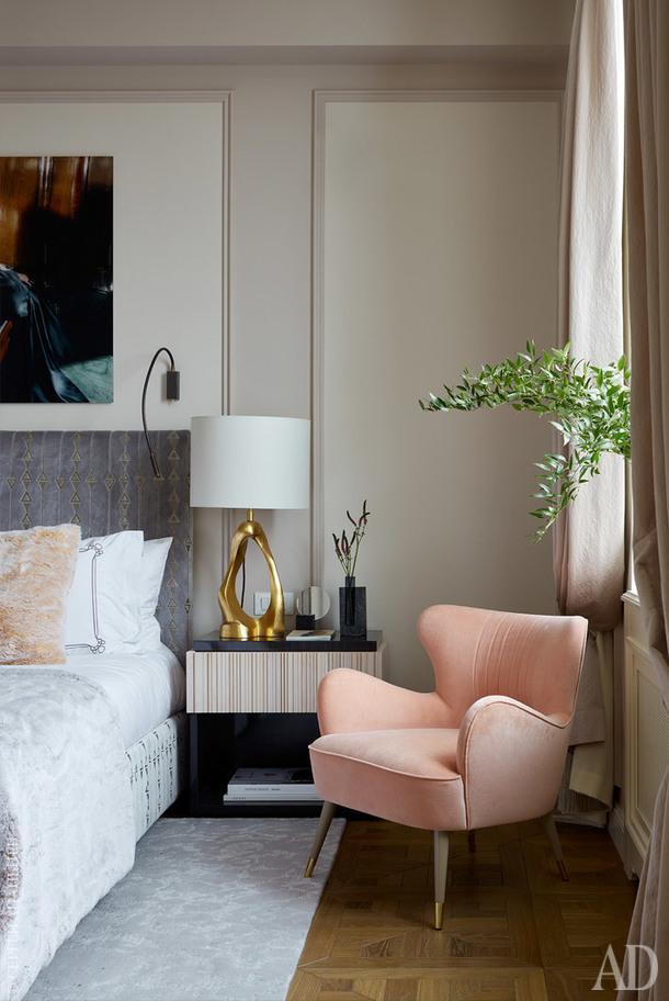Основная спальня. Кровать, LoffiLab (по эскизам дизайнеров); ткань, S. Harris (КАДО); покрывало, Misi (КАДО). Прикроватная тумба изготовлена на заказ (Ms Ruby). Лампа, Visual Comfort; ковер, Safavieh; кресло, Munna, фото над кроватью,Gianluca Fontana, галерея Lumas. Покраска стен, Zoffany, Manders.