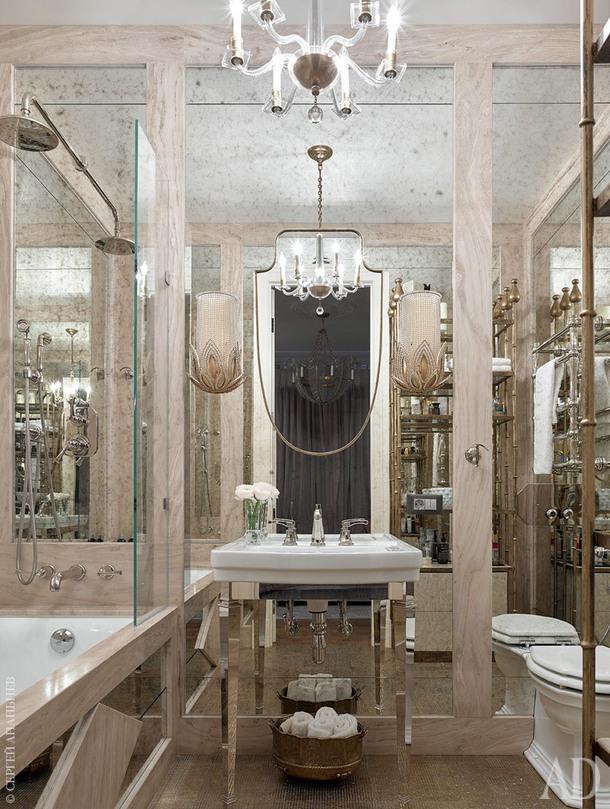 Ванная комната. Люстра и бра, Visual Comfort; зеркало, Vaughan, Berrington; раковина с консолью, Sbordoni; стеллаж изготовлен по эскизам дизайнеров. Мрамор, Beige Wood.