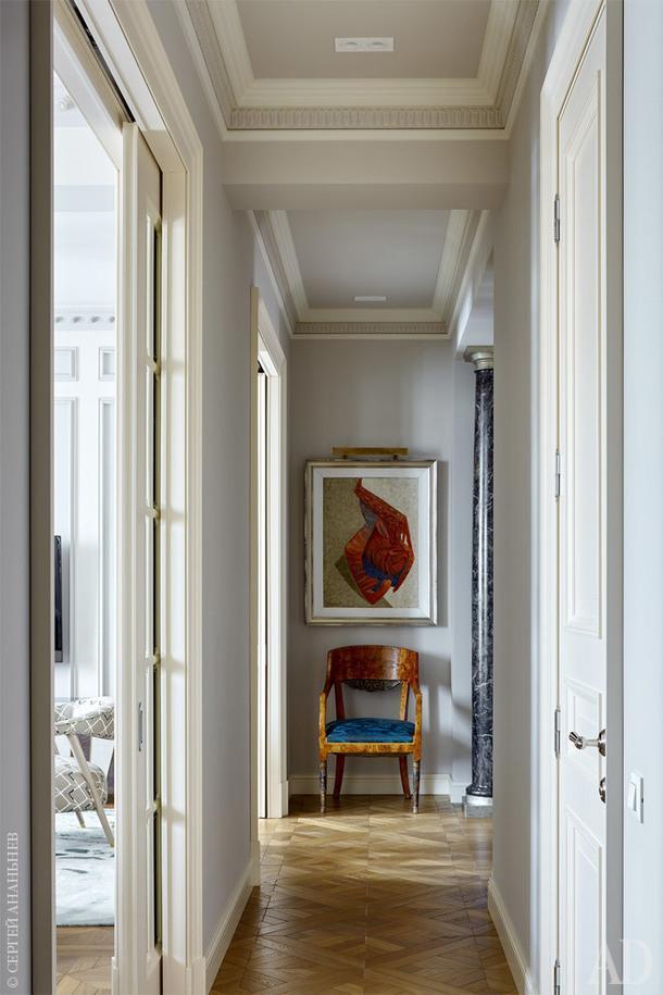 Коридор, соединяющий зону прихожей, гостиную и приватную зону. Кресло антикварное, обивка LIZZO.Арт, Frederic Gisselbrecht, (T. Botero Galleries). Покраска стен, Argile, Manders; полы, массив дуба «версаль», Золотой лес.