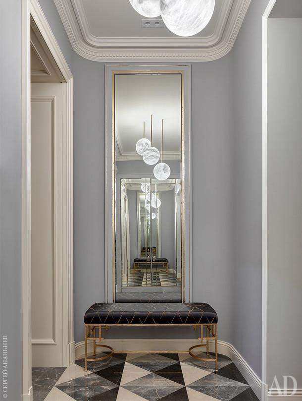 Зона прихожей. Подвесные светильники, Romano Bianci; банкетка изготовлена на заказ по эскизам дизайнеров. Полы, мрамор.