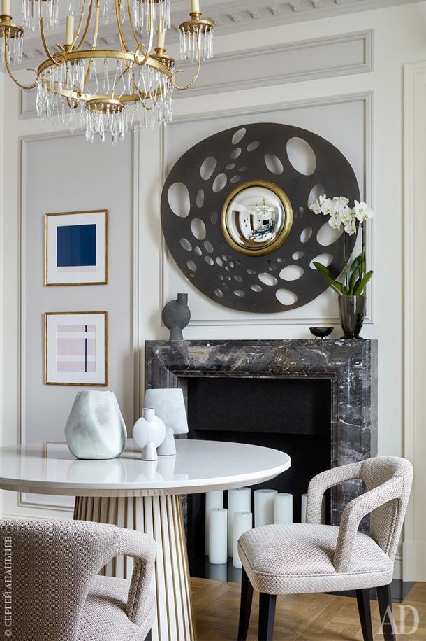 Зона столовой. Стол обеденный, Frato; стулья, Munna; вазы на столе, 101 Copenhagen, Галерея Альта Гамма; винтажная ваза из Испании, вазы на камине, Arteriors. Покраска стен, Argile, Manders.