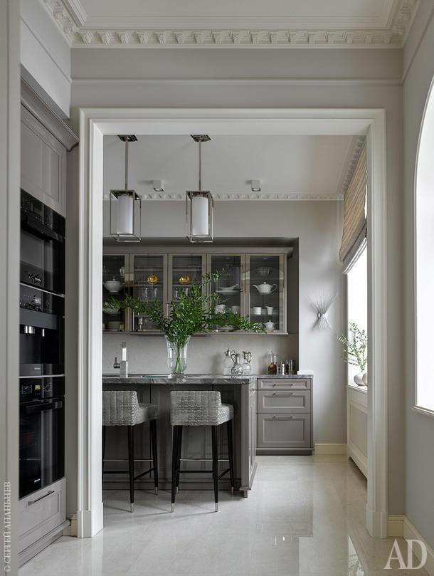 Кухня, вид из гостиной. Мебель, Siematic; стулья, Munna (ткань - S. Harris, КАДО); подвесные светильники, Visual Comfor; столешница из мрамора, Bosco del Fiori; римская штора, LIZZO.