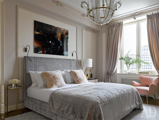 Спальня. Ковер, Safavieh; портьеры, Casamance (КАДО); фото над кроватью, Gianluca Fontana, галерея Lumas.