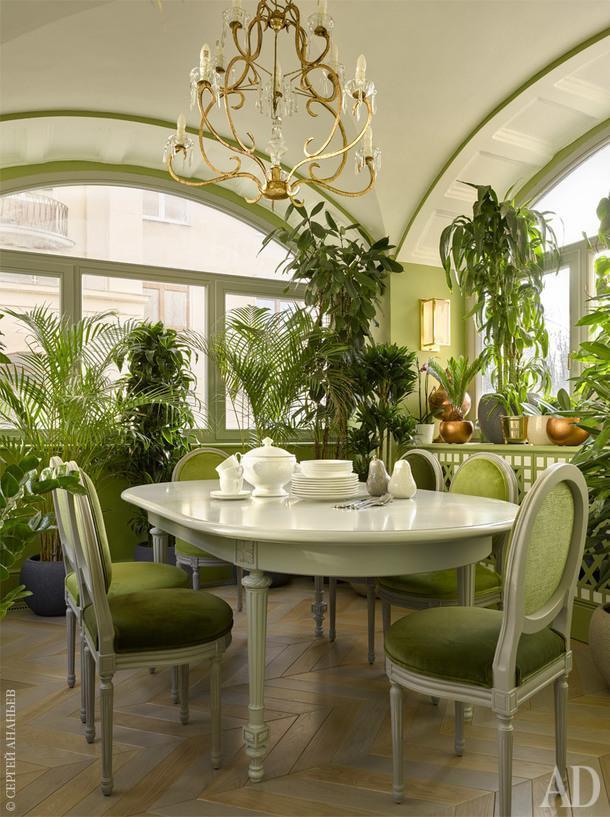 """Зимний сад. Стулья и люстра, Mis en demeure; бра, Altrenotti; стол и вся остальная мебель, """"Новый интерьер"""