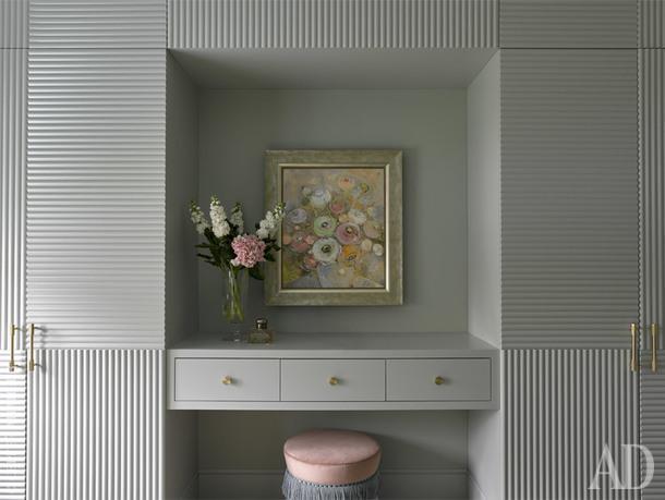 """Фрагмент гостевой спальни. Туалетный столик в окружении встроенных шкафов сделан в компании """"Новый интерьер"""". Картина """"Цветы"""" Ольги Волги."""
