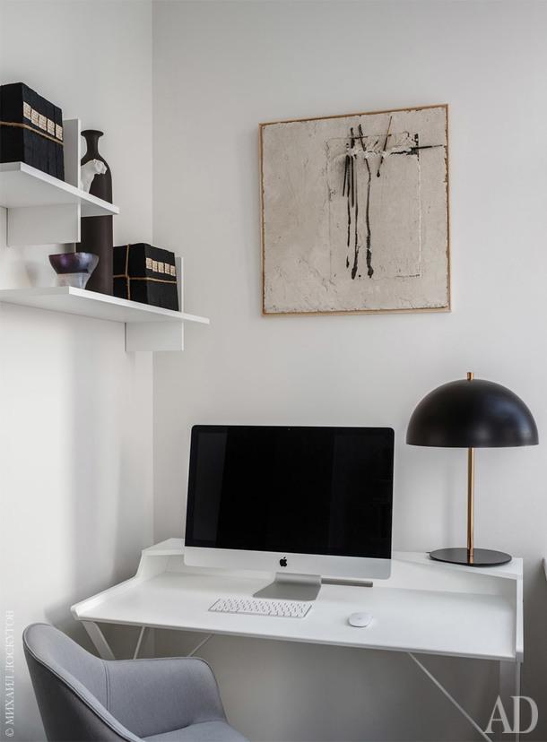 Рабочая зона. Письменный стол Qwerty, полки Cross, Cattelan Italia.
