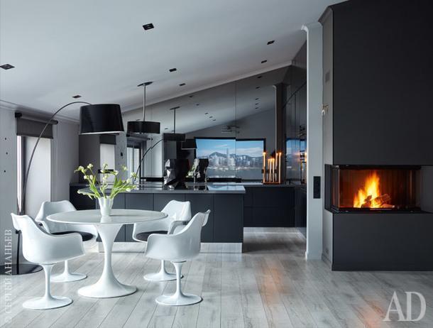 Кухня и столовая. Стол икресла, все Knoll; настоле ваза, Vondom; торшер, Foscarini; камин, Spartherm; кухонный гарнитур сделан на заказ по эскизам дизайнера.