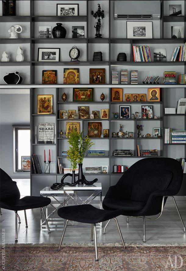Фрагмент гостиной. Стеллаж сделан на заказ по эскизам дизайнера; кресло, Knoll; столик, Z Gallerie.
