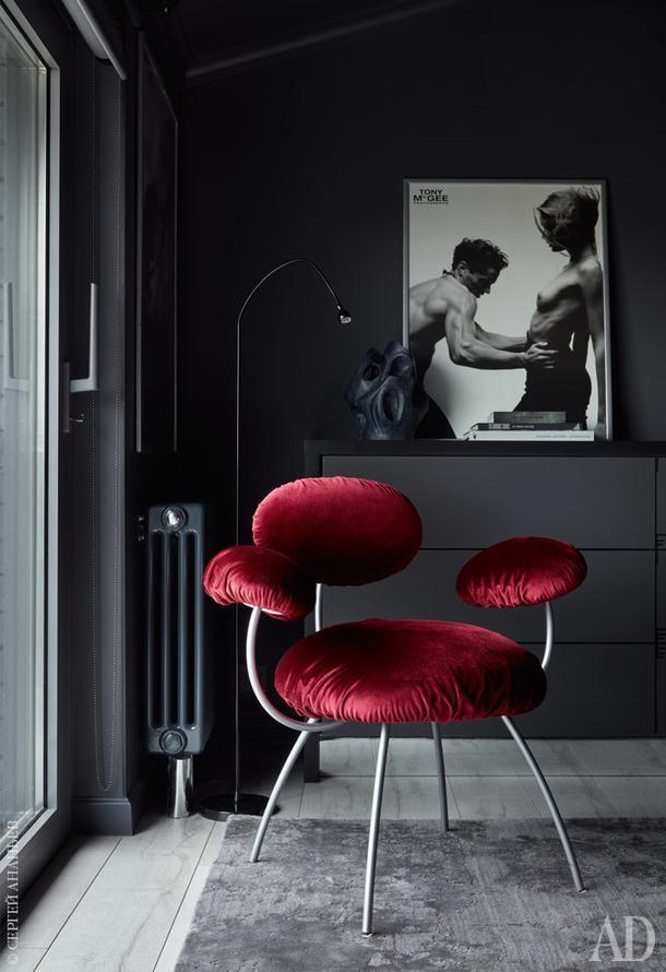 Фрагмент спальни. Кресло,Ligne Roset; керамическая скульптура изRepeatStory.