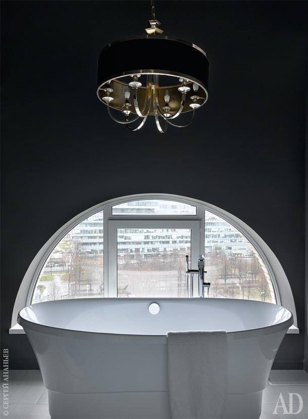Фрагмент хозяйской ванной комнаты. Ванна, Victoria+Albert; люстра, ZGallerie.