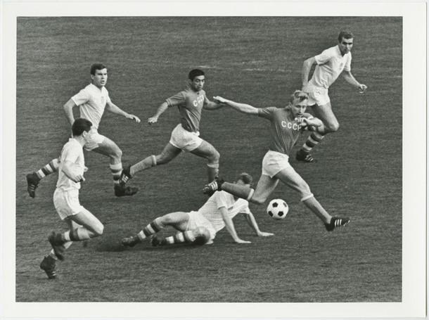 """""""Атакует Эдуард Стрельцов"""". 1965. Из собрания МАММ."""