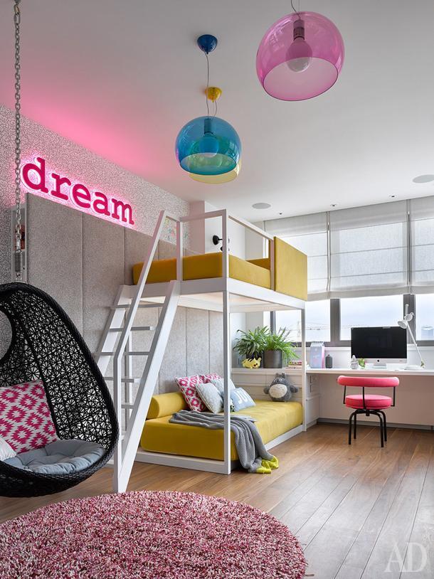 Одна из детских. Кровать и рабочее место по проекту DWG Interiors (производство — столярная мастерская