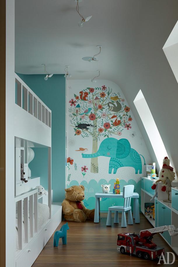 Фрагмент одной из детских. Кровать и система хранения по проекту DWG Interiors (производство — столярная мастерская