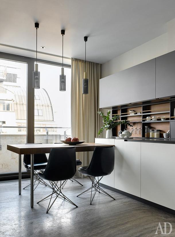 Кухня, Poliform | Varenna. Кресла, Arketipo; подвесные светильники, RUBN; шторы, Dedar. Камень на полу —