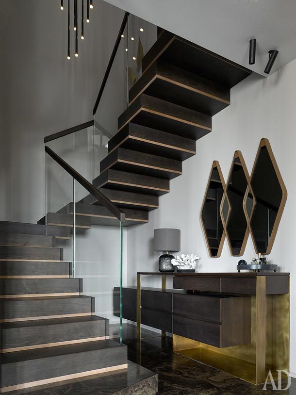 Прихожая. Лестница и консоль по проекту DWG Interiors (производство — Arte+partners, металлические элементы — De Castelli, лестница — Carpenteria Brotto). Зеркало, Arketipo; люстра, Vibia; лампа, GUAX; аксессуары, Global views, Object de Curiosite.