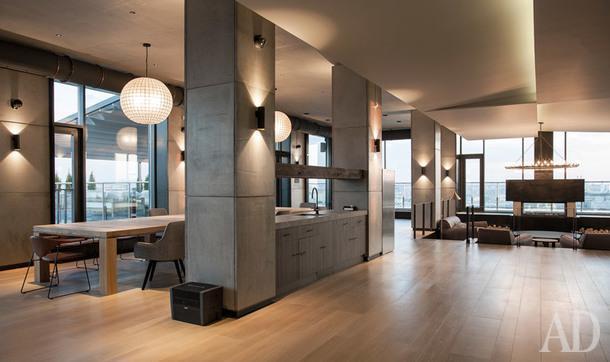 Обеденный стол из дуба по эскизам архитекторов, светильники, Restauration Hardware; стулья, Crate and Barrel; стулья, Gubi; массивная доска, Atelier de Parquet.