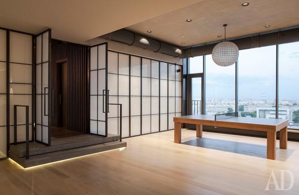Теннисный стол, James Perse; встроенный свет, Modular; люстра, Restauration Hardware; перегородка, Commonlamp; массивная доска, Atelier de Parquet.