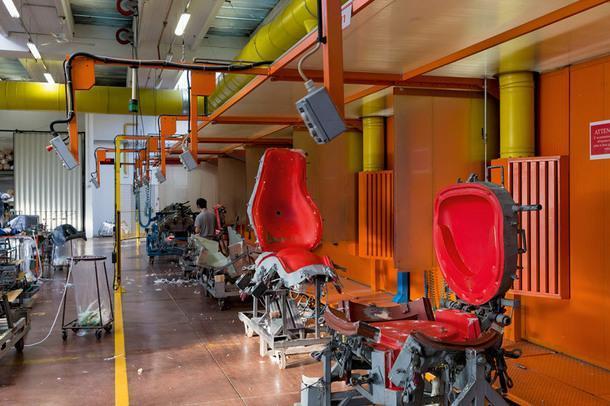 Открытые формы ждут своей очереди. В центре— форма кресла Mart подизайну Антонио Читтерио.
