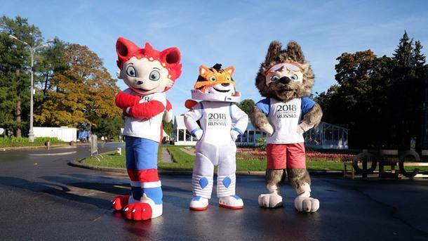 Волк Забивака (справа), главный талисман чемпионата мира в России, и его соперники – кот и тигр.